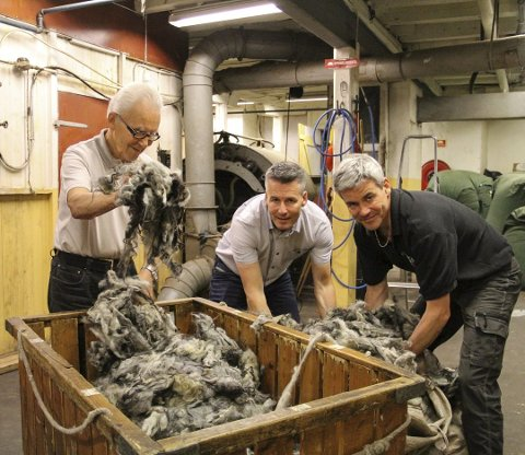 Brørne Øyvind (i midten) og Arild Myhr (t.h) eig og driv Hillesvåg Ullvarefabrikk. Faren deira, Gunnar Myhr (82), jobbar framleis på fabrkken. – Eg trivst godt med å vera her, seier han. FOTO: IRENE BRATTENG JENSSEN