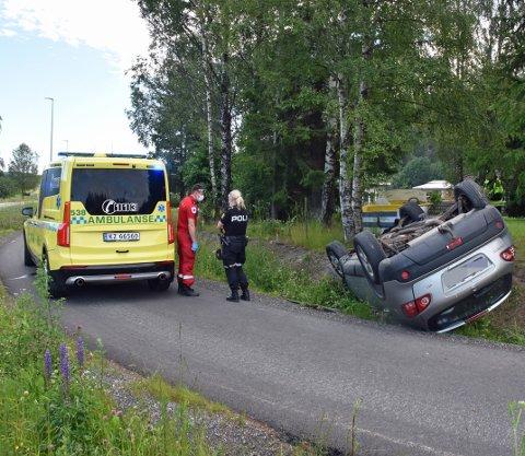Av uviss årsak havnet bilen på taket.