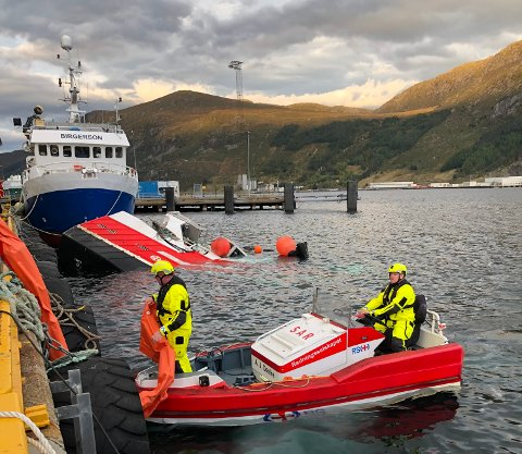 SØKK: Sjarken er om lag 15 meter lang. No ligg den delvis på botn ved Verlo.