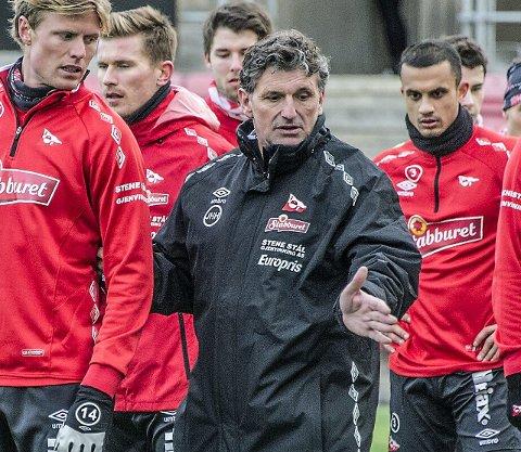 Spiss: Jan Halvor Halvorsen (i midten) drillet Andreas Aalbu i spissrollen på søndagens trening.