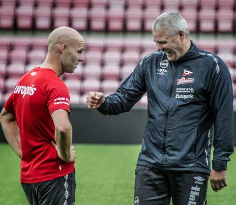 VITSEMAKER: Roger Risholt slo til med flere tørrvittigheter under fredagens trening, noe som fikk lattermusklene frem hos trener Mons Ivar Mjelde. Foto: Geir A. Carlsson