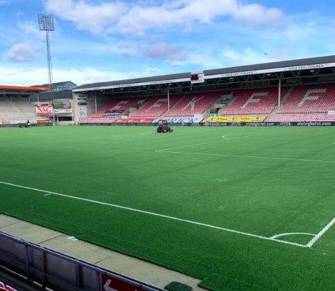 Slik så det ut på Fredrikstad Stadion mandag. Arbeidene med å bytte kunstgress er snart ferdig.