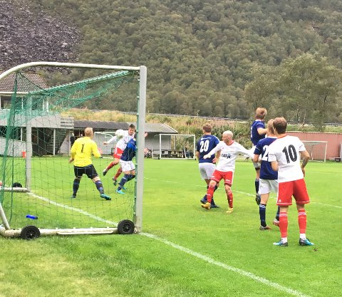 Her skaller Ole Andre Lilleheim (helt bakerst i hvit trøye) Dirdals tredje mål.