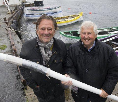 GLADE GLIS: Den nye speakeren Gunnar Andersen (til venstre) og Jan Bjørn Fiskå i Stiftelsen Indre kai ser fram til 17.mai. Foto: TRULS Horvei