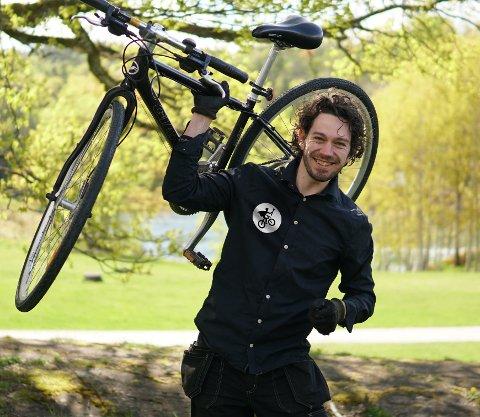 """REPARERER SYKLER: Daniel Zonneveldt har nylig startet opp """"Lillestrøm sykkel - service hjemme hos deg"""". Han forteller at konseptet har blitt godt tatt imot."""