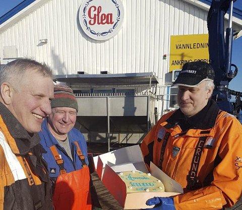 KAKEFEST: Mannskapet på «Havsula Vest» fikk æren av å få årets første millionkake og er her klar for kakefest. Begge foto: AS Glea