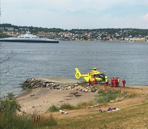 FRAKTET VEKK: Mannen som ble funnet livløs i vannet utenfor Festestranda ble fløyet vekk i luftambulansen.