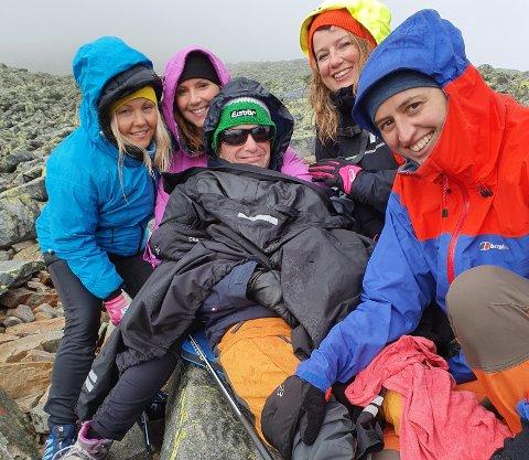 Linda Jacobsen, Mari Eilefstad Pausen, Marita Pohle og Marielle Røren reddet dagen da Magnus segnet om av utmattelse på vei til Gaustadtoppen.