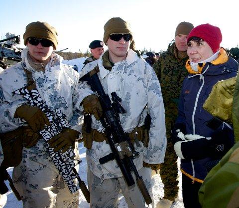 Forsvarsminister Ine Marie Eriksen Søreide møter soldater fra US marines på Porsangmoen i mars.