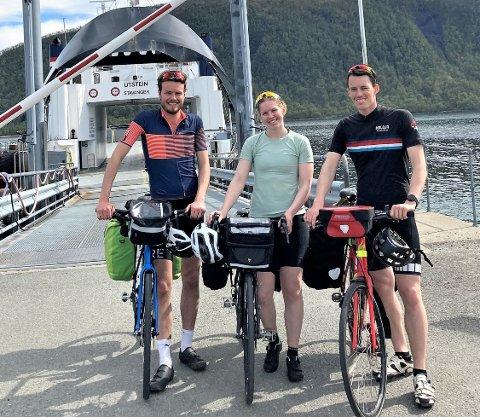 I GANG: Even Rolid Leonardsen (f.v), Thea Hogness og Ole Fjose er i gang med sin hjemtur etter et studieår i Tromsø. På dag to var fergetur fra Sommarøy til Senja en del av reiseruta.