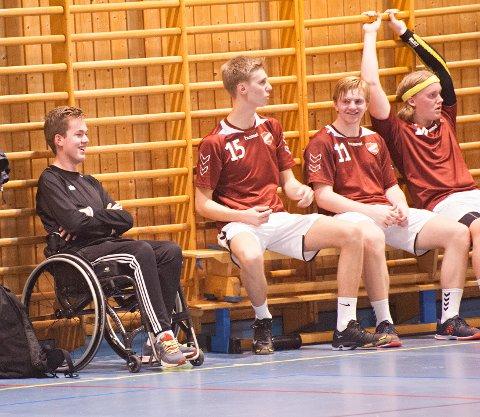 FORNØYD: Langhus-treneren har hatt god grunn til å smile hittil i sesongen. Her med Tim Enge, Magnus Bøkestad og Herman Andresen (fra venstre)