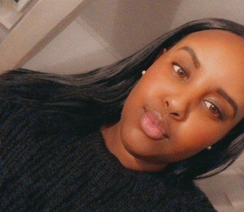 SAMFUNNSENGASJERT: Naima Alasow (22) kjenner identiteten til drapsmannen fra knivangrepene. Hun forteller at det somaliske miljøet er i sjokk etter hendelsene. Nå håper hun at innbyggerne i Sarpsborg står sammen i tiden fremover.