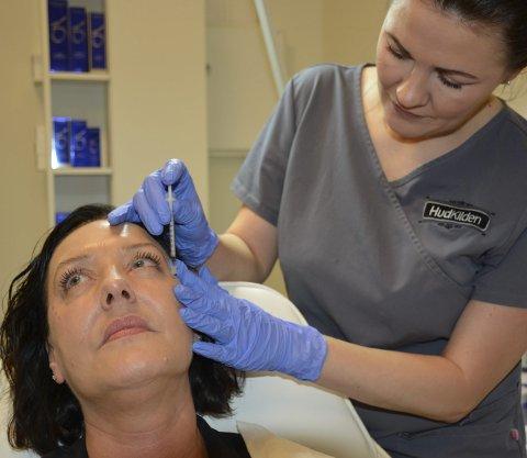 BOTOX: Monika Mikkelsen har mange faste kunder innom som ønsker å benytte seg av botox og fillere til kosmetisk bruk. Foto: Karina Solheim