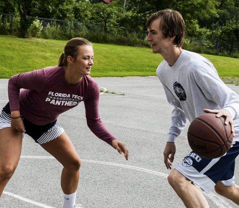 Søskenparet Julie Renee og Henry McCarthy stortrives i basketsportens hjemland USA. I sommer er de hjemme på ferie, blant annet i Hønefoss.