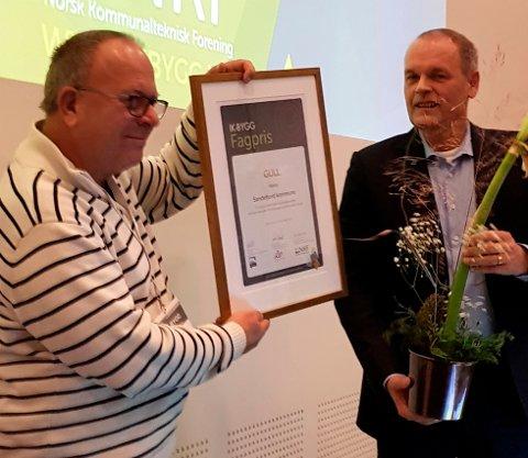 PRISEN: Enhetsleder Øyvind Vasvik (t.v) i Sandefjord kommune fikk overrakt prisen av adm. dir. i KLP Skadeforsikring, Tore Tenold.