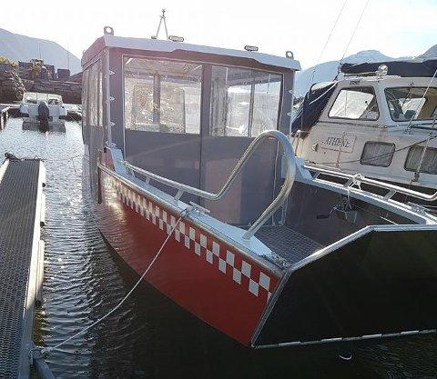 BRANNBÅTEN: Politiet har rekvirert denne brannbåten frå Leikanger til å finna den franske kajakkpadlaren i Nærøyfjorden.
