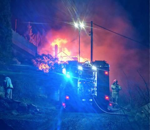 Brenn framleis: Det brenn frameis i låvebygningen, men det skal i følgje politiet ikkje vera dyr inne i den.
