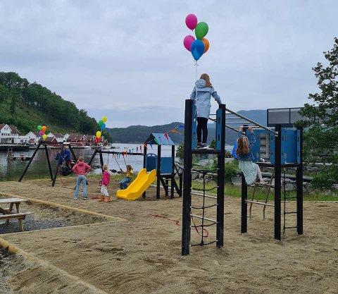 PYNTA TIL FEST: Bygdarådet pynta opp apparatene med ballongar før ungane fekk slå seg laus i dei nye apparatene på Fister.
