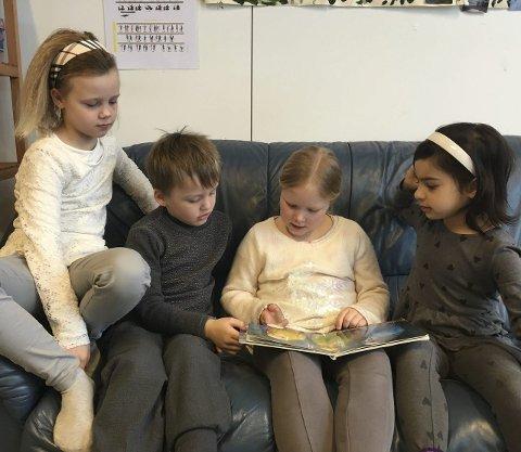 Lesestund: Mina (i midten) leser for Adriana, Eline og Iver