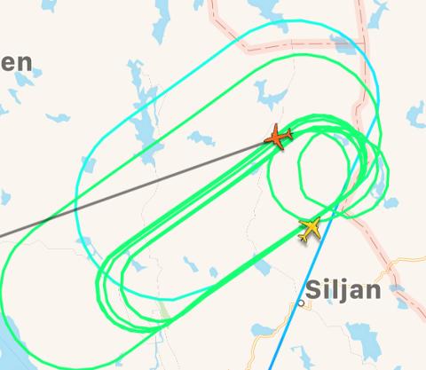 OVER SILJAN OG SKIEN: Mange la merke til det store flyet som sirklet over Siljan lørdag formiddag.