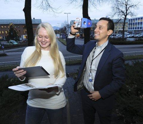 Virtuelt: Fotograf Ingrid Merete Elgsaas tester annonser på papir som blir levende når du holder en iPad eller smarttelefon over annonsen. Eiendomsmegler Alexander Bjerkås sjekker 3D-briller med mobiltelefon og ser på boliger og utsikt.