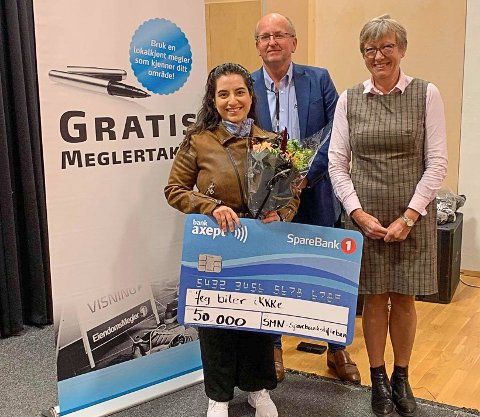 Saya Sahawi (til venstre) har fått 50.000 kroner fra Sparebankstiftelsen for å lage film i Kristiansund. Pengene ble delt ut av Anbjørn Ulseth og Aud Skrudland i Sparebankstiftelsen.