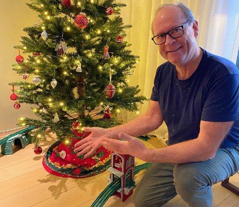 TOMT: Det ble glissent under juletreet til Einar Kristoffersen og kona Gro, da Posten ikke ville levere ut esken med gaver dattera deres hadde sendt fra Tyskland. – Vi må bare le av det, sier Kristoffersen.