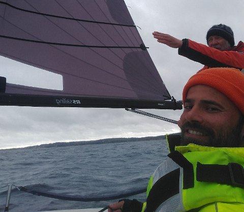LYKKEDAG: Det var topp stemning da Jan Steven Johannessen og Sverre Tolfsby kunne seile over fjorden fra Moss til Tønsberg, til båtens nye hjemsted.