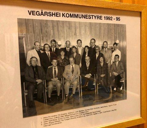Tidligere kommunestyremedlemmer henger i glass og ramme i kommunestyresalen.