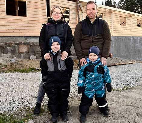 Familien Stugaard: Sandra og Peder Olav med sønnene Daniel 6 år (t.v.) og Kristoffer 3 år.