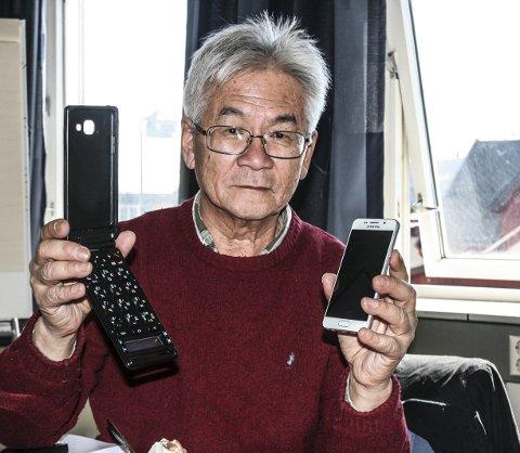 OPPFINNELSE: Richard Chan holder i sin høyre hånd et etui som vil hjelpe de som skjelver på hånda, eller av andre grunner sliter med nymotens mobiltelefoner. I sin venstre hånd holder han en mobiltelefon. Begge foto: Ole Annar Krogh