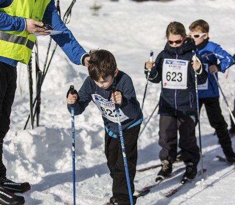 START: Lukas Romarheim legg ut på sin 1,5 kilometer, Tina Torsvik gjer seg klar.Alle foto: Morten Sæle