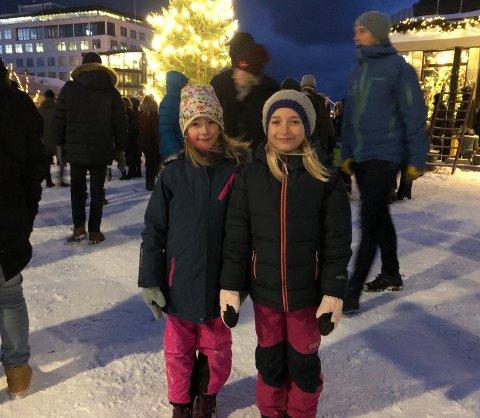 Årlig arrangement: Elise Hustad Dypsund (8) og Milie Hardy Karlsen (8) storkoste seg under årets julegrantenning og for Elise var det første gang.