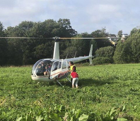 Fire heldige Jaguar-kunder fikk gratis helikoptertur i belønning. Her gjør de seg klar til takeoff på Kokstad.