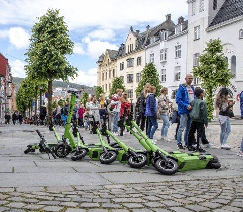 Løperhjulene til Ryde ligger tidvis strødd rundt omkring i byen, som her i Vetrlidsallmenningen. Flere utleiere ønsker å etablere seg i byen. Nå skal partene diskutere hvordan man kan rydde opp.