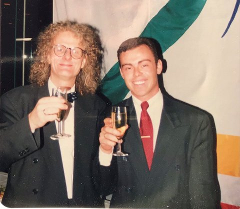 Per Inge Torkelsen og Henning Warloe tar seg en skål under åpningen av TV 2 i Grieghallen i 1992.