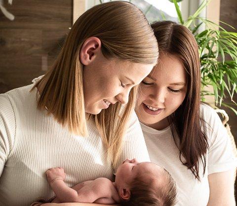 AKKURAT DET DEI ØNSKA SEG: Dei har ønska seg barn sidan dei blei saman. No har dei det. Danielle og Karoline frå Eikefjord.