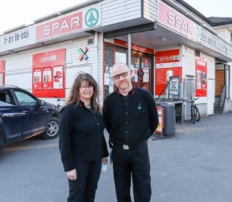 I 40 år har Bodil og Henning Solgaard drevet Solgaard Mat på Kongsten. Det har resultert i et nært og godt forhold til kundene - og rundt 15.000 skritt per arbeidsdag. Mange av dem opp og ned trappa til lageret i kjelleren.