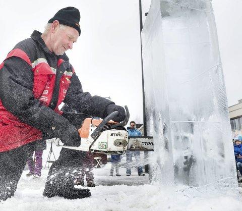 Skulptør: Bjørn Lien gikk løs på isblokka for å lage skulptur i Årnes sentrum lørdag.Bilder: JENS HAUGEN