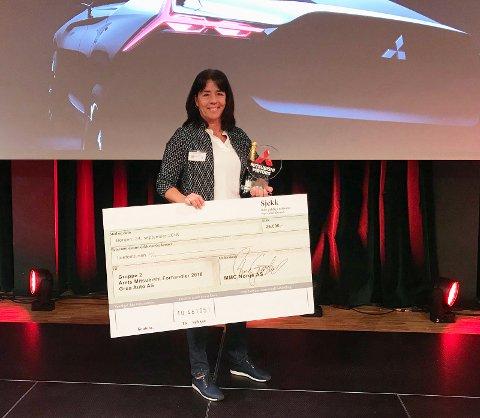 FRA PRISUTDELINGEN: Her mottar Tove Kristiansen prisen som Årets Mitsubishi-forhandler under utdelingen på forhandlermøtet i Bergen i september.