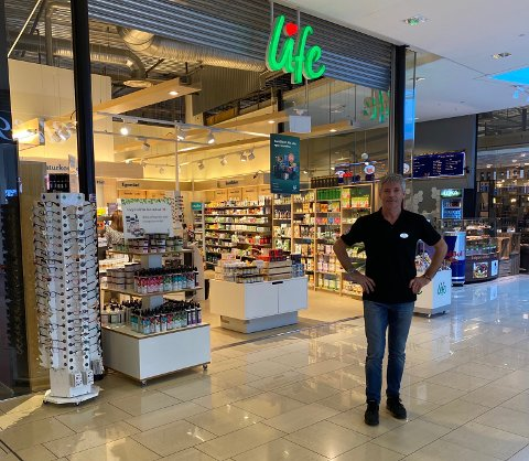 LIFE IS LIFE:  Johnny Holberg driver Life Hälsobutiken på Nordby. Han kan speide langt etter kundene.