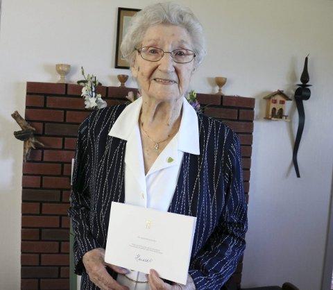 100 år: Signe Emelie Olsen fra Fagervika i Leirfjord fylte 100 år onsdag, og da var det stor feiring på familiegården på Remmen. – Det er så koselig å få hjem hele familien at jeg nesten ikke har ord. Det er de som steller med meg. Jeg sitter bare på stas, smiler hun.