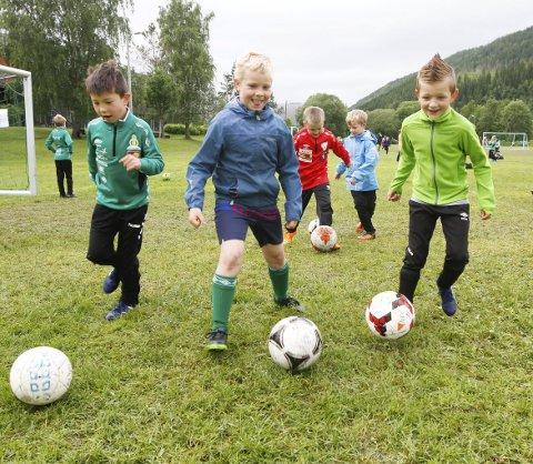 FØRSTE DAG: Mandag var det full fart fra første spark på ballen i Helgelendingen Fotballskole.  Foto: Per Vikan