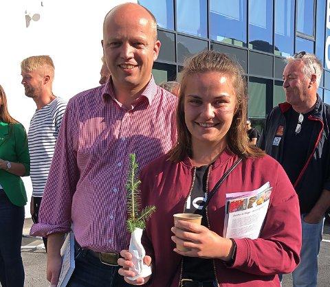 Solfrid Løvli Hundåla var aktiv under Senterpartiets valgkamp i sommer. Her er hun avbildet med partileder Trygve Slagsvold Vedum da han besøkte Mosjøen.