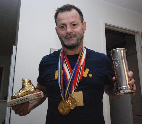 GODE MINNER: Jon Rønningen med gullmedaljene fra OL- og VM samt kongepokal. I helga er han æresgjest under NM i bryting i Bodø.