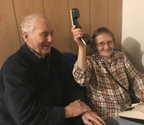 HØR JUBELEN: Endelig er telefonforbindelsen i orden. Ekteparet Sverre Hansen (86) og Alma Hansen (79) kan igjen føle seg trygge på at de kan ringe etter hjelp om hjertesyke Sverre får problemer.