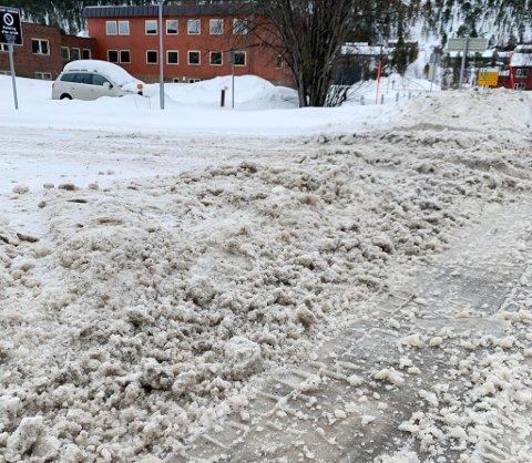 Melding om avvik 23. mars rode 30 Elvebakken, Alta. Det var store spor og tykt snødekke i krysset inn til Altagård