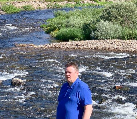 STERKT BEKYMRET: Runar Sjåstad ved elva i hjembygda Vestre Jakobselv der sportsfiskerforeningen har gjort en formidabel jobb. Over 5000 pukkellaks er fanget.