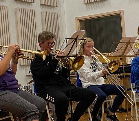 Instruktør Elisabeth Fossan og elev Andrea Floan Aalberg konsentrert under konserten.