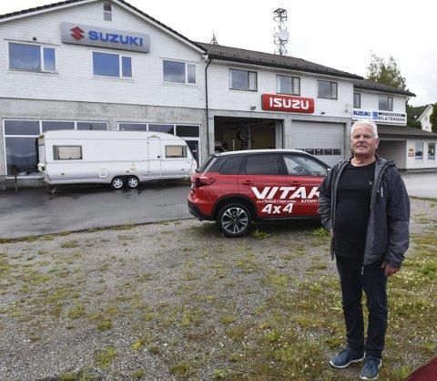 HER KJEM BYGGET: Leif Jarle Stensletten viser kor den nye hallen skal stå. Den skal plasserast parallelt med verkstadbygget Kvinnherad Bil & Teknikk alt har i første høgda i bygget i bakgrunnen.